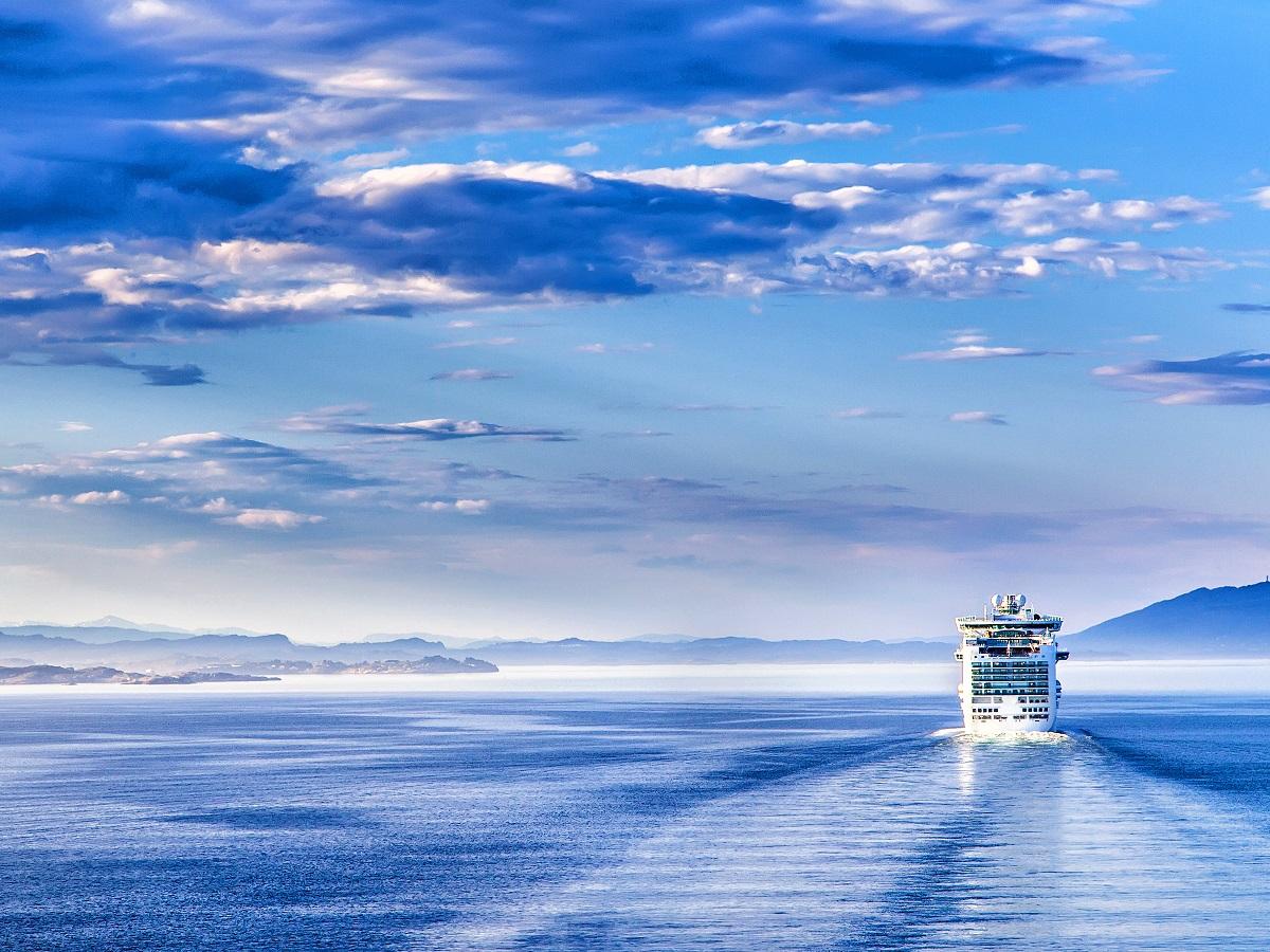 Kapal pesiar berlayar menjauh. Resor, pesiar, tur berpemandu, dan masih banyak lagi. Lihat opsi liburan.