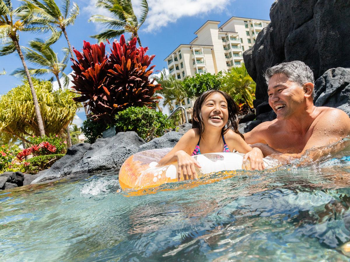 Keluarga bermain di kolam renang. Temukan gaya hidup liburan. Telusuri keanggotaan timeshare.