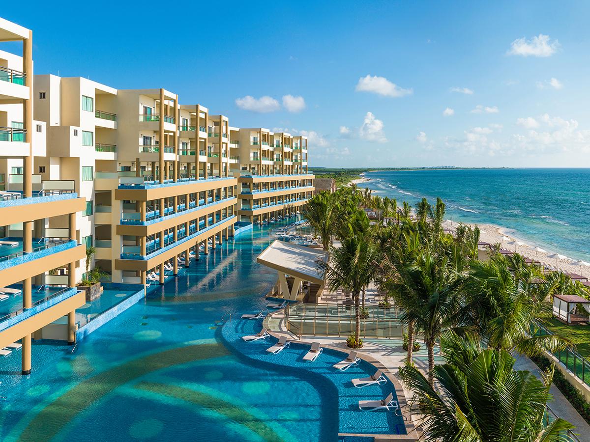 Pemandangan balkon kolam renang dan pantai di resor keluarga Generations Riviera Maya di dekat Cancun, Meksiko.