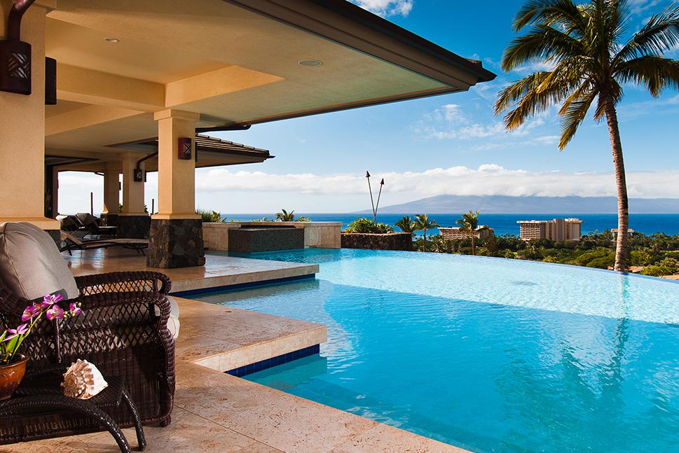 Pemandangan kolam memesona di rumah liburan mewah yang menghadap laut. Lebih dari 2.000 rumah liburan di ujung jari Anda.